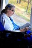 Handycapped妇女读书圣经 库存图片