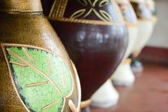 Handycrafts de cerámica en las tiendas a lo largo de la carretera principal de San Juan Oriente en las montañas entre Granada y M Imagen de archivo libre de regalías
