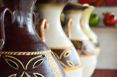 Handycrafts de cerámica en las tiendas a lo largo de la carretera principal de San Juan Oriente en las montañas entre Granada y M Foto de archivo libre de regalías