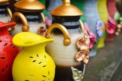 Handycrafts de cerámica en las tiendas a lo largo de la carretera principal de San Juan Oriente en las montañas entre Granada y M Fotografía de archivo