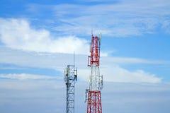 HandyFernsehturm-Getriebesignal mit blauem Himmel und Antenne und Zwilling stockbilder