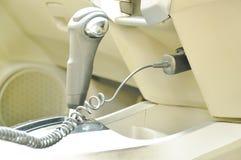 Handyladegerät, das im Akku im Auto ersticht lizenzfreie stockbilder