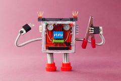 handyman έτοιμη εργασία Χαρακτήρας ρομπότ μελών των ενόπλων δυνάμεων με τις κόκκινες πένσες Ιώδης ανασκόπηση Στοκ φωτογραφία με δικαίωμα ελεύθερης χρήσης