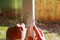 handyman επισκευή η κλειδαριά πορτών στο εσωτερικό στοκ φωτογραφία με δικαίωμα ελεύθερης χρήσης