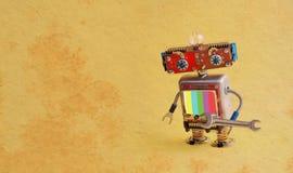 Handyman κύριος ρομπότ υπηρεσιών επισκευής με το γαλλικό κλειδί χεριών Δημιουργικός χαρακτήρας παιχνιδιών smiley σχεδίου cyber, ο Στοκ Εικόνες