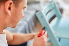 Handyman με ένα τρυπάνι στοκ εικόνα με δικαίωμα ελεύθερης χρήσης