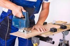 Handyman με το τορνευτικό πριόνι Στοκ φωτογραφία με δικαίωμα ελεύθερης χρήσης