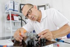 Handyman που εγκαθιστά ηλεκτρικό hob στην κουζίνα Στοκ φωτογραφία με δικαίωμα ελεύθερης χρήσης