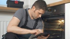 Handyman που κάνει την επιθεώρηση του εσωτερικού φούρνου απόθεμα βίντεο