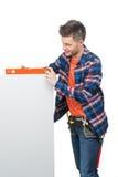 Handyman που μετρά το επίπεδο. Στοκ Φωτογραφίες