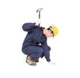 Handyman σε ομοιόμορφο με το σφυρί του Στοκ Φωτογραφίες