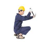 Handyman σε ομοιόμορφο με το σφυρί του Στοκ Εικόνες