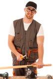 Handyman στο καρφί σφυρηλάτησης ιματισμού εργασίας με το σφυρί στο σπίτι wor Στοκ Εικόνα
