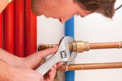 Handyman χρησιμοποιώντας το γαλλικό κλειδί στοκ εικόνες