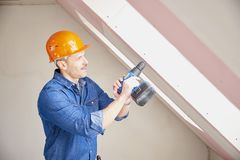Handyman χρησιμοποιώντας το τρυπάνι στοκ φωτογραφίες