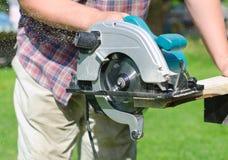 Handyman χρησιμοποιώντας το φορητό πριόνι Στοκ Εικόνα