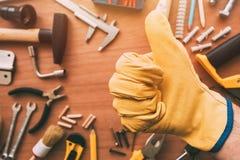Handyman gesturing αντίχειρας συντήρησης επάνω στο σημάδι χεριών έγκρισης, κορυφή στοκ φωτογραφία