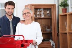 Handyman som ut hjälper en pensionär royaltyfri foto