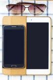 Handys und Tabletten auf einem weißen Hintergrund Stockfoto