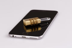 Handysicherheitsschloss und -telefon auf Weiß Lizenzfreie Stockfotografie