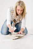 handywoman плитка домашнего улучшения измеряя Стоковое фото RF