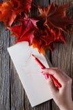 Handzeichnung mit Stift und Notizbuch Lizenzfreies Stockbild