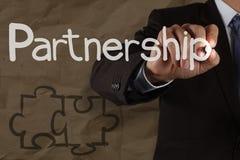 Handzeichnung Partnerschafts-Puzzlespiel mit zerknittert bereiten Papier auf lizenzfreie stockbilder
