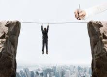 Handzeichnungsgeschäftsmann, der durch ein Seil hängt Stockbild