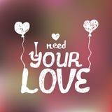 Handzeichnungstext benötige ich Ihre Liebe auf unscharfem rosa Hintergrund Lizenzfreies Stockfoto