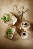 Hanfschnurspule mit Geschenkboxen Stockfotos