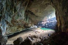 Hang En Cave - turistas que acampam dentro da grande caverna em Vietname Caverna com uma praia imagens de stock