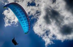 Hang Glider nelle nuvole, Gloucestershire, Inghilterra fotografie stock