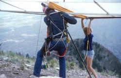 Hang Glider Pilot Preps para o voo imagem de stock royalty free