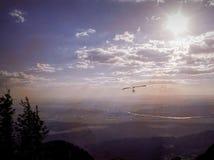 Hang Glider Soars Rio Grande Valley em New mexico fotografia de stock