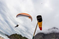 Hang gliders in Pedra da Gavea on a cloudy day Royalty Free Stock Photos