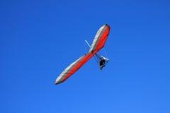 Hang Gliding Piolot sobe nas asas como Eagle imagem de stock