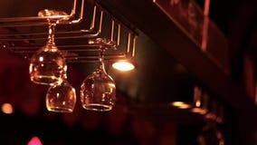 Hang lege glazen meer dan de bar stock footage