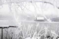 Hangar à bateaux congelé de lac Photographie stock libre de droits