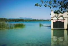 Hangar à bateaux sur un beau lac Images libres de droits