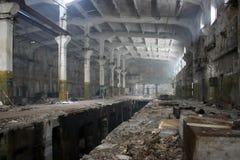 Hangar abandonado de la fábrica Fotos de archivo libres de regalías