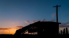 Hangar cassé de coucher du soleil Images stock