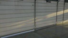 Hangar d'Arplane avec des portes fermées La porte de volet ou de rouleau dans le hangar d'aéroport s'ouvre et fond plat Image stock