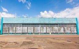 Hangar d'avions avec le ciel bleu Images libres de droits