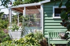 Hangar de jardin avec la serre chaude entourée par un beau décoratif Images libres de droits