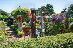 Hangar de jardin entouré par un beau jardin décoratif Images stock