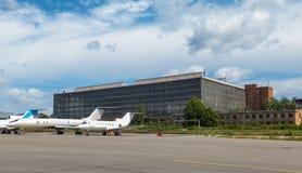 Hangar de los aviones con el cielo azul Foto de archivo