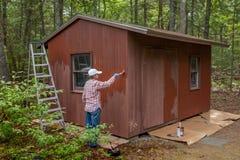Hangar de peinture de femme âgé par milieu Photos stock
