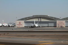 Hangar del centro técnico de la línea aérea de los emiratos en el aeropuerto Dubai, UAE Imagenes de archivo