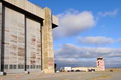 Hangar del dirigible no rígido y torre de control Imagen de archivo