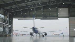 Hangar dla samolotu z ampuły otwartą bramą przy pogodnym letnim dniem Wielkiego samolotu hangar otwiera bramy obraz stock